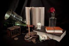 Alte Bücher und Schädel Stockbild