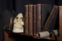 Alte Bücher und Schädel Stockfotografie