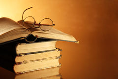 Alte Bücher und Schauspiele Lizenzfreies Stockbild