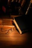 Alte Bücher und Schauspiele Stockfotos