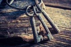 Alte Bücher und Schlüssel auf altem Holztisch Stockfoto