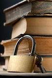 Alte Bücher und Schloss Lizenzfreies Stockbild