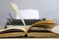 Alte Bücher und Schreibmaschine auf einem Holztisch Ansicht von Büchern und von a Lizenzfreie Stockbilder