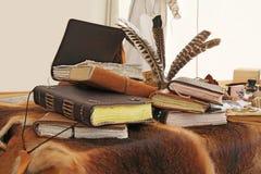 Alte Bücher und Schreibtischgarnitur Stockbild