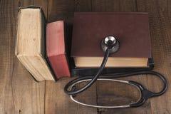 Alte Bücher und Stethoskop Stockfotos