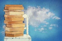 Alte Bücher und Stuhl Stockbild