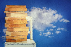 Alte Bücher und Stuhl Lizenzfreie Stockfotografie