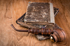 Alte Bücher und Tabakpfeife Stockbild