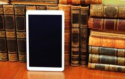Alte Bücher und Tabletten-PC Lizenzfreies Stockfoto