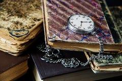 Alte Bücher und Taschenuhr Lizenzfreies Stockfoto