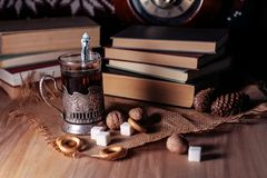 Alte Bücher und Tee am Abend Ein Glas des Getränks auf Tabelle E Stockbild