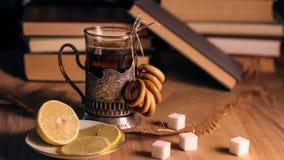 Alte Bücher und Tee am Abend Ein Glas des Getränks auf Tabelle E Lizenzfreie Stockfotografie
