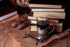 Alte Bücher und Tee am Abend Ein Glas des Getränks auf Tabelle E Stockfotos