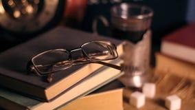 Alte Bücher und Tee am Abend Ein Glas des Getränks auf Tabelle E Lizenzfreie Stockbilder