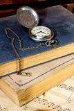 Alte Bücher und Uhren Lizenzfreie Stockfotos