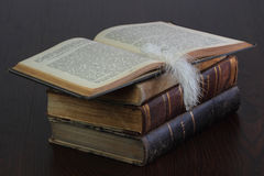 Alte Bücher und weiße Feder Stockfoto