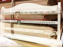 Alte Bücher und weißer Kalender lizenzfreie stockbilder