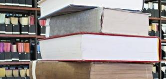 Alte Bücher und Zeitschriften in einer Bibliothek Lizenzfreie Stockfotos