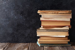 Alte Bücher vor Klassenzimmerkreidebrett Lizenzfreies Stockbild