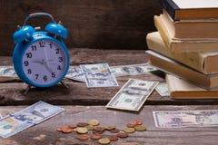 Alte Bücher, Wecker und Geld Stockfotos