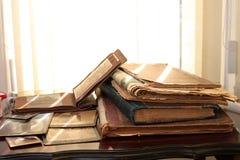 Alte Bücher, Zeitungen und Fotos; Stockfoto