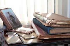Alte Bücher, Zeitungen und Fotos; Lizenzfreies Stockbild