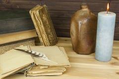 Alte Bücher zu lesen Studieren von alten Wörterbüchern Lizenzfreies Stockbild