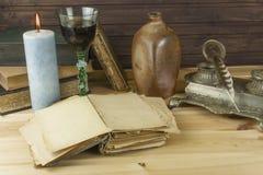 Alte Bücher zu lesen Studieren von alten Wörterbüchern Lizenzfreie Stockbilder