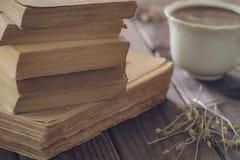 Alte Bücher zusammen mit einer Schale coffe Lizenzfreie Stockbilder