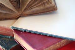 Alte Bücher, zwei offen Stockbilder