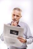 Alte Büroangestellt-Lesenachrichten Lizenzfreie Stockfotografie