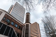 Alte Bürogebäude in Belgien-Foto von unterhalb gemacht Lizenzfreie Stockbilder