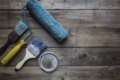 Alte Bürste auf dem Holztisch Lizenzfreie Stockfotografie