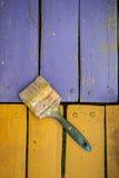 Alte Bürste auf Farben Stockfotografie