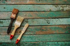 Alte Bürste und zwei neue Bürsten auf einer Holzoberfläche Geschäftskonzeptteamwork, Teamentwicklung Lizenzfreie Stockfotografie