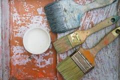 Alte Bürsten auf dem Malereibehälter Stockfoto