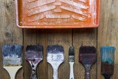 Alte Bürsten auf dem Malereibehälter Lizenzfreie Stockfotografie
