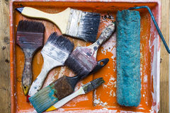 Alte Bürsten auf dem Malereibehälter Lizenzfreie Stockfotos