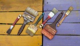 Alte Bürsten auf Farben Lizenzfreie Stockbilder