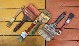 Alte Bürsten auf Farben Stockfoto