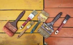 Alte Bürsten auf Farben Lizenzfreies Stockfoto