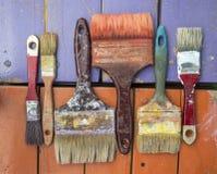 Alte Bürsten auf Farben Stockfotografie