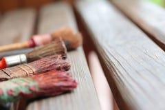 Alte Bürsten auf hölzernen Brettern Lizenzfreie Stockbilder