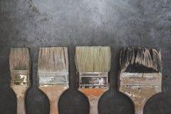 Alte Bürsten auf schwarzem Tabellenhintergrund Lizenzfreies Stockbild
