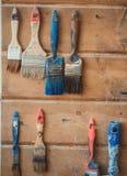 Alte Bürsten fotografiert auf hölzernem Hintergrund Lizenzfreies Stockfoto