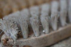 Alte Bürsten liegen auf Fensterbrett Stockfotografie