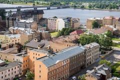 Alte Backsteinhäuser mit rostigen Dächern, Draufsicht Rigas, Lettland Lizenzfreies Stockfoto