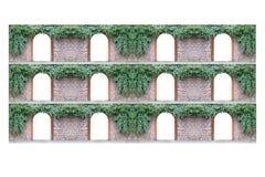 Alte Backsteinmauer über der anderen mit 12 wölbte Eingang und Efeu Stockfotografie