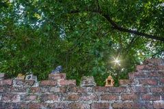 Alte Backsteinmauer, alte keramische Puppe Stockbild
