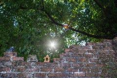 Alte Backsteinmauer, alte keramische Puppe Lizenzfreie Stockbilder